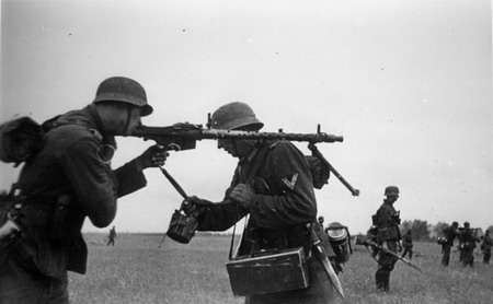 Shoulder firing the MG34